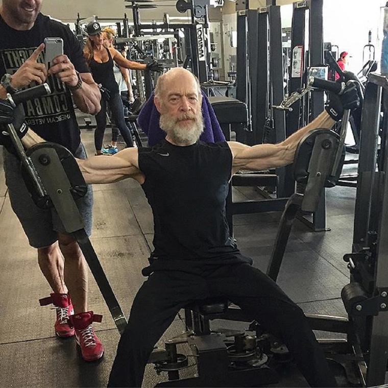 Egy Los Angeles-i fitneszteremben készül, az edzője az az Aaron Williams, aki állítólag Zac Efront is felfújta,