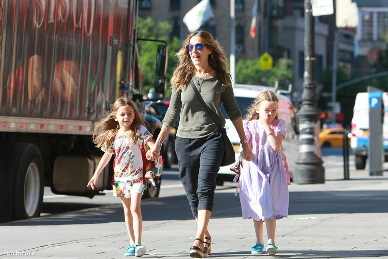 Marion Loretta Elwell és Tabitha Hodge Broderick 2009-ben született béranyától