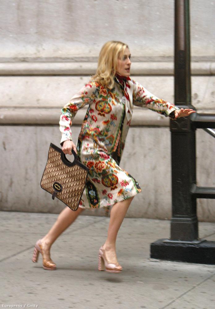Az egyik részben Carrie a Wall Streetre sietett, hiszen annyira menő újságíró volt, hogy ő nyomhatta meg a piros gombot, amivel bejegyezték a lapot (New York Star) a tőzsdére