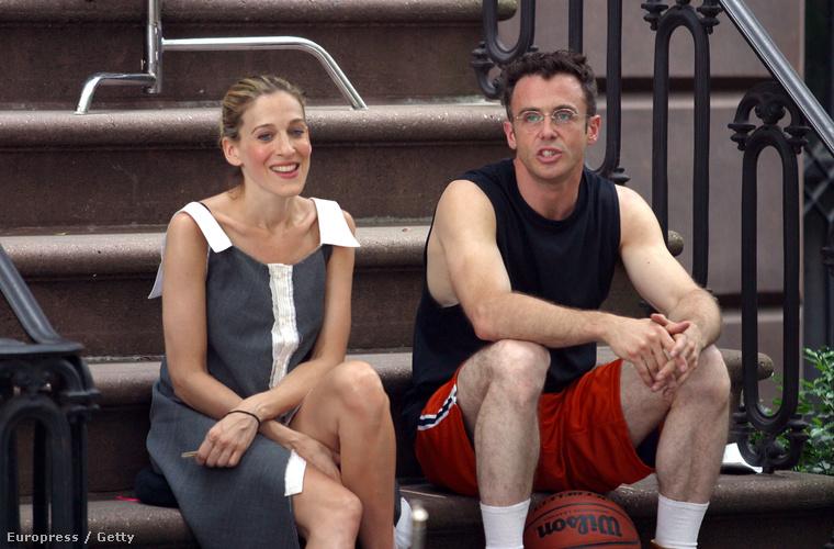 A sorozat Steve-je és Carrie-je a lépcsőn,