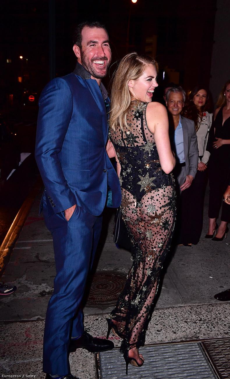 ...hogy végre fenekének is megmutathatta New Yorkot, ebben a csodás galaktikus ruhában.