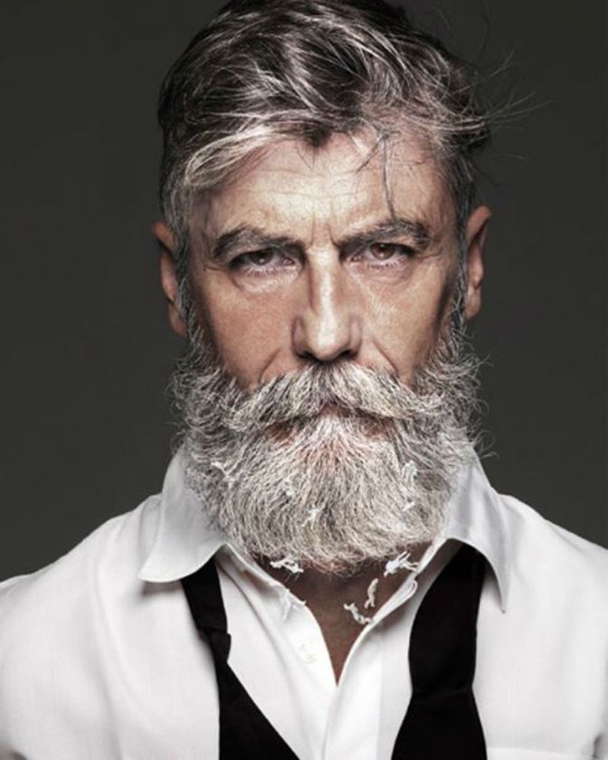 Ő Philippe Dumas, aki 60 évesen kezdett el szakállat növeszteni, ez pedig megváltoztatta az életét.