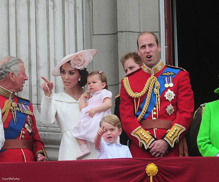 Ez idén sem maradt el, de itt már a Buckingham Palota erkélyén látja a királyi család egy részét.Figyelnek és mutatnak.