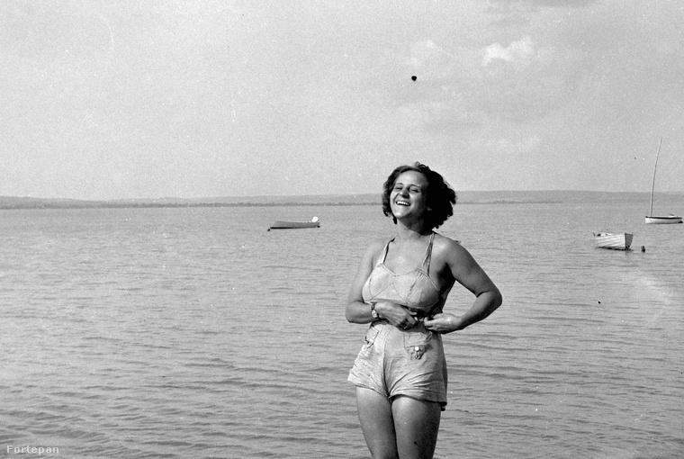 Persze volt, aki nem engedhette meg magának a nagyon csinos, nagyon divatos és nagyon színes fürdőruhákat, ezért egy kevésbé színes, kantáros rövidnadrágban strandolt.Balaton - 1940