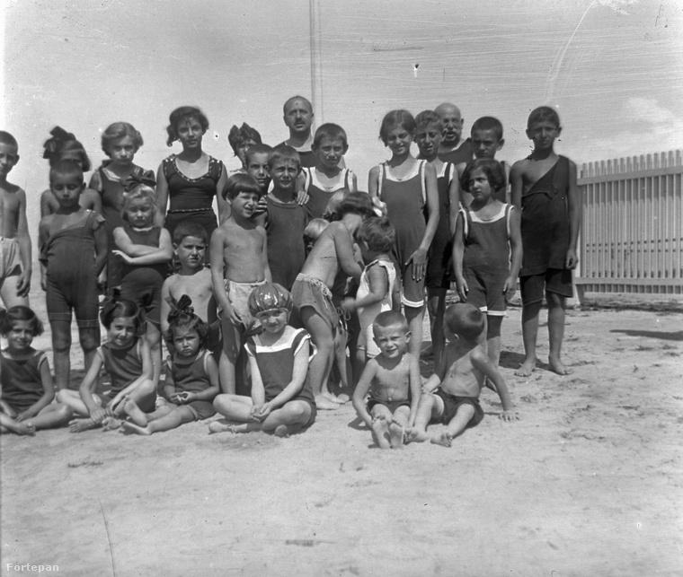 Egyedül a gyerekeket engedték egyszál kisgatyában a strandra