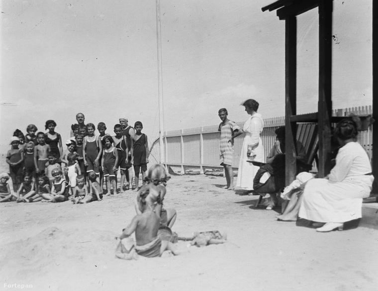 Mint ezen az 1917-ben, Siófokon készült fotón is látszik, voltak nők, akik még fürdőruhára sem vetkőztek.