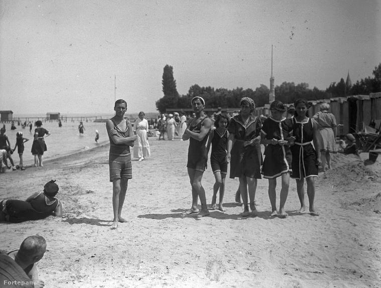 A nők szoknyás, mindent takaró ruhákban kényszerültek strandra menni, de a férfiak is mindent takaró, kezelábast hordtak.