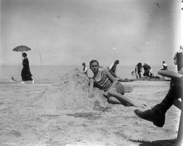 Most ne a kép előterében, egy homokbuckán fetrengő fürdőruhás férfira figyeljen, hanem a háttérben sétáló asszonyra