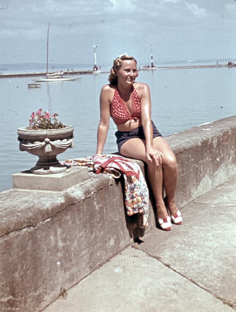 Ez pedig ha nem is fürdőruha, de egy merész, balatoni összeállítás 1940-ből, Siófokról.