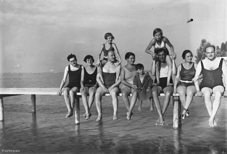 A férfiak viszont a 30-as években is változatlanul a nőkhöz hasonló fürdőruhát húztak, ha strandolni mentek.