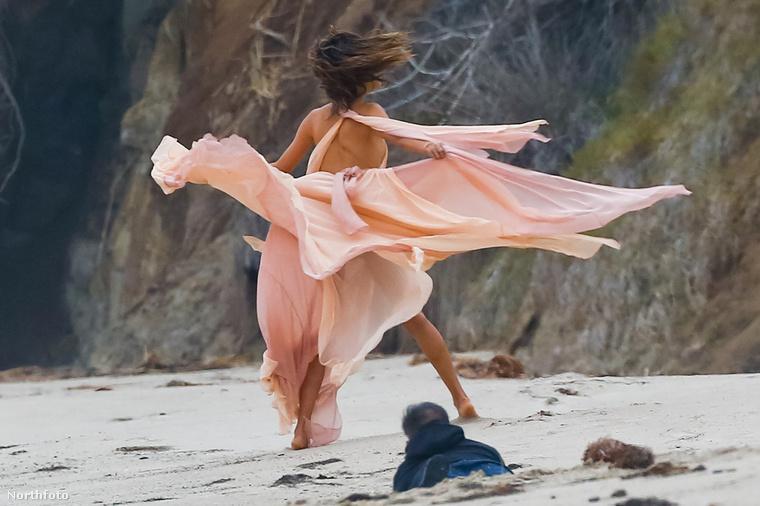 Így jobbnak látja, ha tovább áll, pedig alighanem csak a fotós álcázta magát homokban csúszó lénynek.