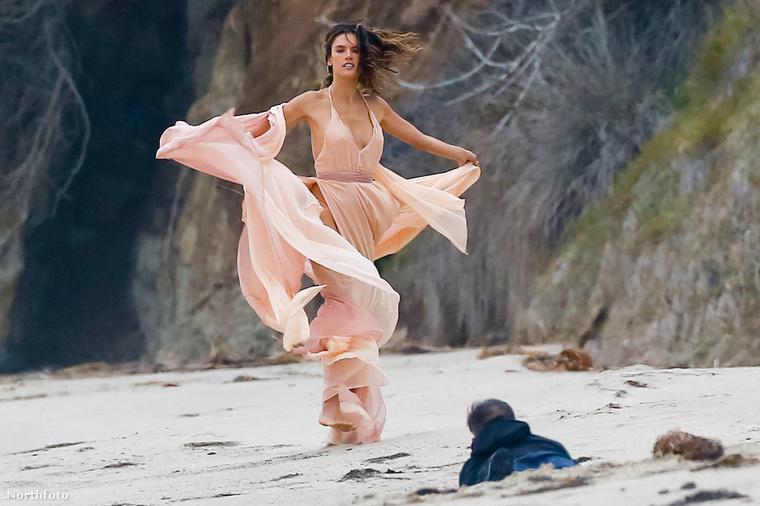 De hopp, egy csecsemőre hasonlító teremtmény állja útját a homokban
