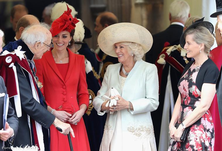 A kitüntetésnek nevet adó garter szó a legendák szerint egy női harisnyakötőről kapta a nevét - innen a térdszalag elnevezés  A képen pedig a nagyon ünneplő Katalin hercegnét és Kamilla hercegnét láthatja.