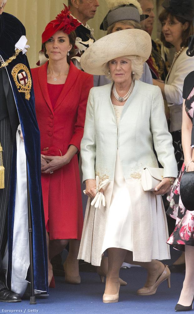 Visszatérve a térdszalagra, ami igazából egy harisnyakötő volt, és erősen intim ruhadarabnak számított, Joan of Salisbury grófnő viselte a Calais elfoglalásának tiszteletére tartott bálon.