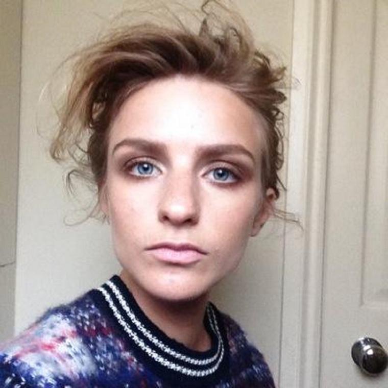 Az angolul Waif (~ lelenc) nevű szereplőt Faye Marsay, egy 29 éves angol színésznő alakítja