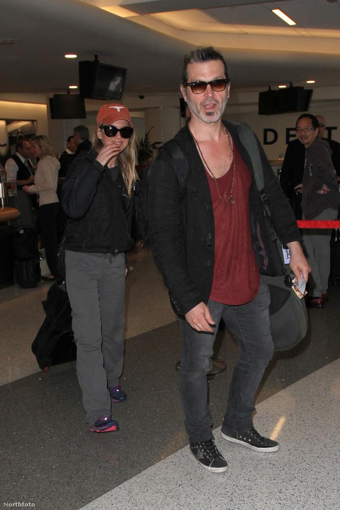 Renée Zellweger és Doyle Bramhall rendszeresen utazgatnak, igazából a legtöbbször arról látni fotókat, ahogy éppen elhagyják a Los Angeles-i nemzetközi repülőteret