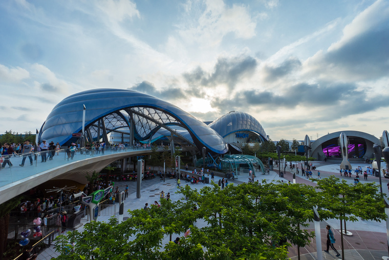 A hat tematikus részre osztott, 390 hektáros vidámpark hivatalos megnyitója csak csütörtökön lesz, de egyes attrakciók már május óta látogathatóak.