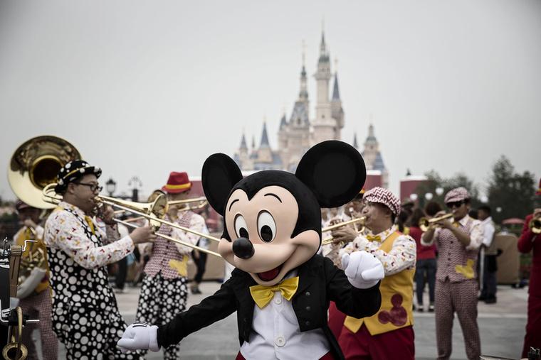A sanghaji Disneyland öt év alatt 5,5 milliárd dollárból, vagyis mintegy 1600 milliárdból épült meg, a végeredmény pedig egészen lenyűgöző lett.