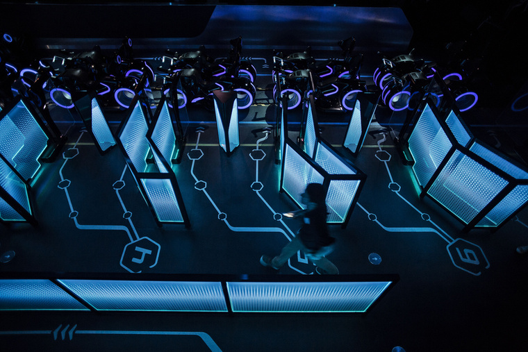Ez itt például a jövőt idéző Tomorrowland, vagyis a Holnapolisz, amihez egy elképesztően menő hullámvasút tartozik.