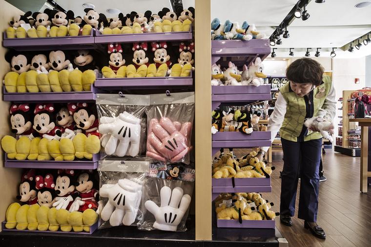 Ez meg a másik, a Toy Story Hotel, pontosabban annak az ajándékboltja, ahol egy csomó Disney-hez kötődő relikviára verheti el maradék pénzét.
