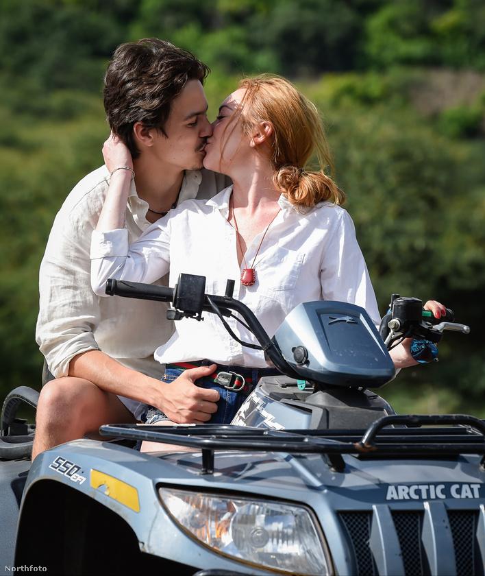 Egy intim csók a kiránduláson egy rejtőzködő fotóssal a közelben