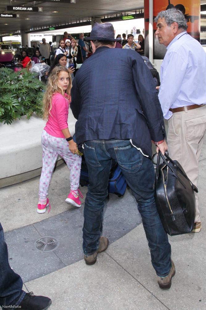 Több se kellett neki, a testőrökkel maga mögött odalépett a lányhoz,
