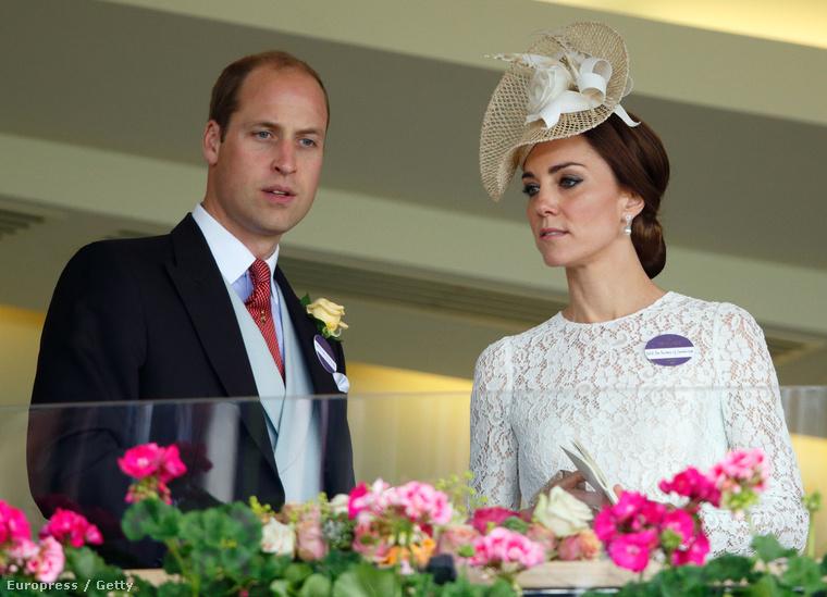 A királyi család tagjai a lelátón
