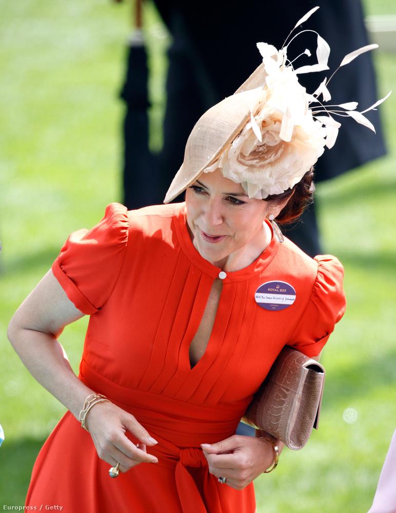 Persze a kalap ellenére a kevésbé fontos hölgyek és urak elegánsan le szokták inni magukat a sárga földig