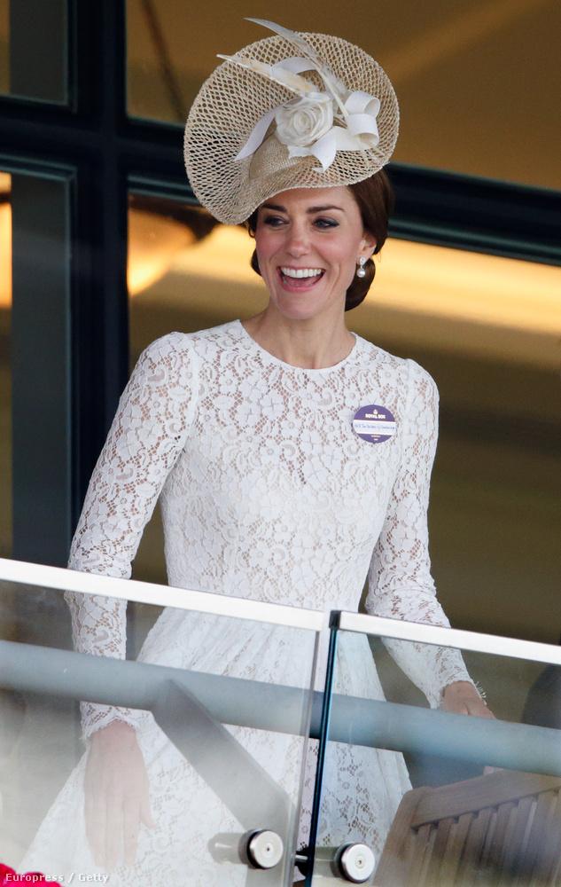 Katalin hercegné fehér csipkében nézte a lóversenyt