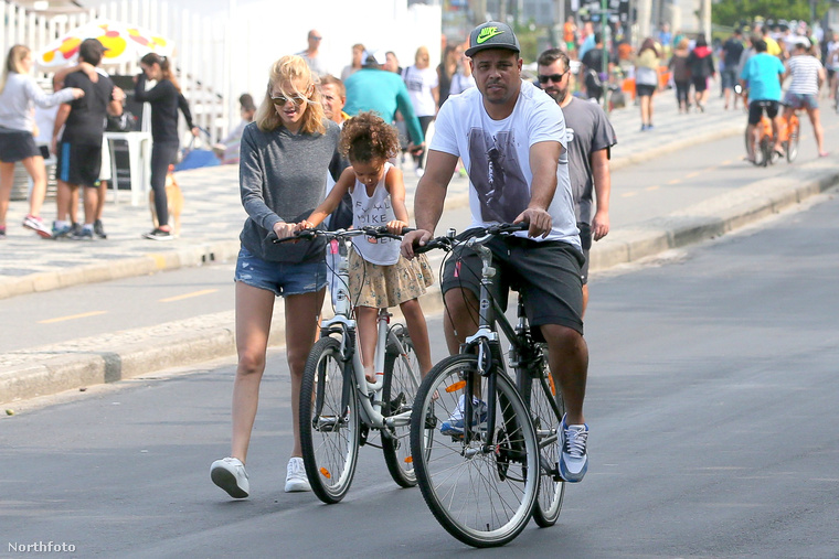 Mostanában már csak lazán teker a biciklijével, mintha nem is ő lenne az egyik valaha volt legjobb és legsikeresebb labdarúgó.