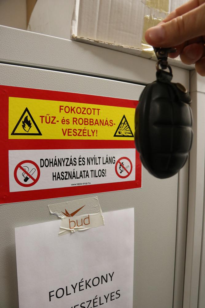 A kézigránátnak álcázott kulcstartókat nem engedik fel a gépre, a képen látható darabot is elkobozták az utasbiztonsági ellenőrzésen.