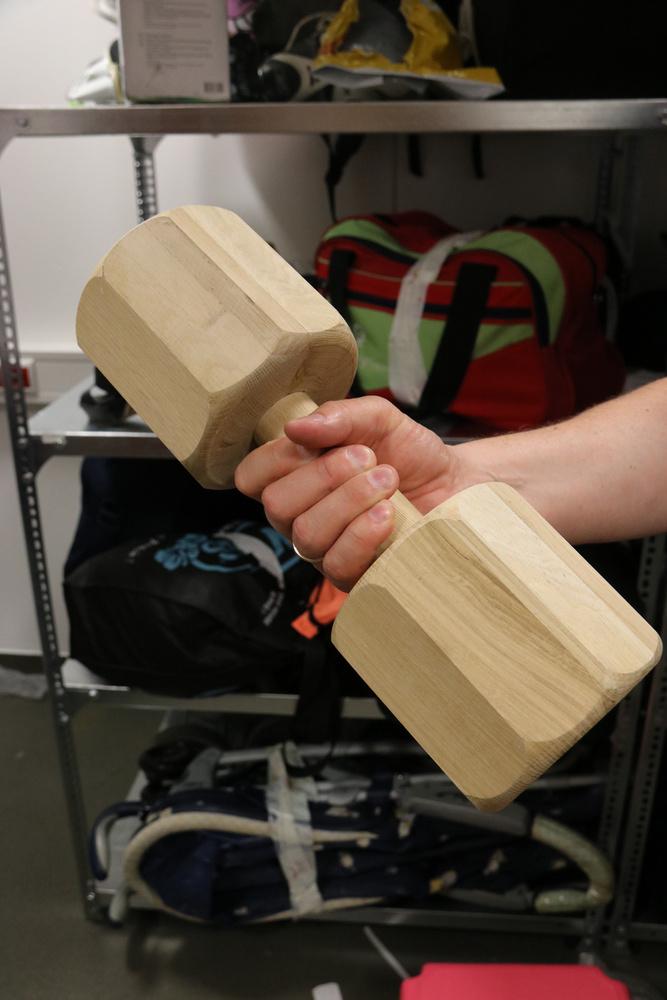 Ez a kézisúlyzóra hasonlító tárgy egy kutyáknak való játék, apportírozásra való fa
