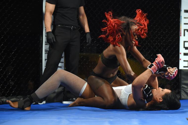 """A grimaszokban gazdag küzdelem során MaiNe """"Main Event"""" Morgannek sikerült felülkerekednie ellenfelén."""