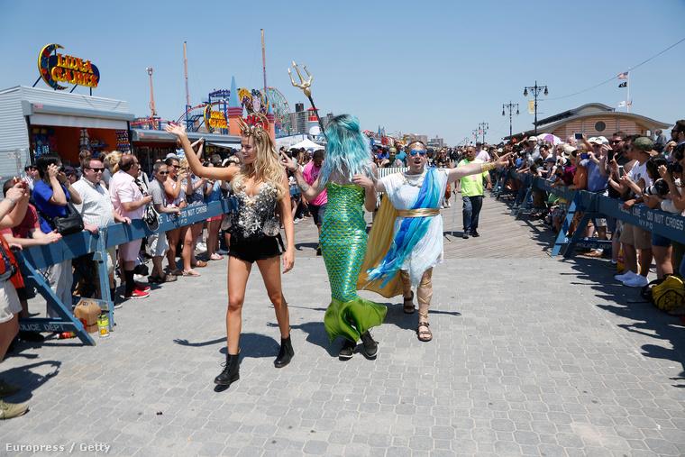 Miért öltöznek New Yorkban, illetve azon belül Coney Islanden sellőnek az emberek júniusban? Azért, mert ilyenkor tartják a Sellő Parádét!
