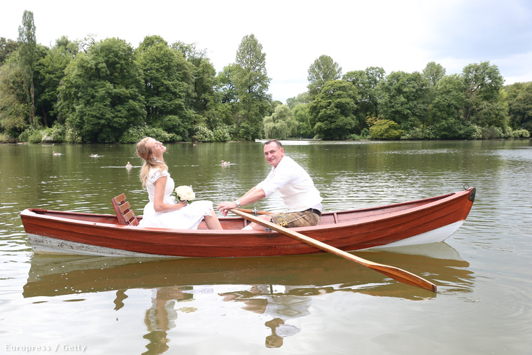Romantikus csónakázás a fotók kedvéért.