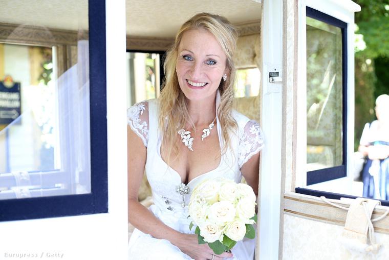 A menyasszonyon nem igazán látszik, de a Bild Zeitungból tudjuk, hogy három hónapja szülte meg harmadik gyerekét