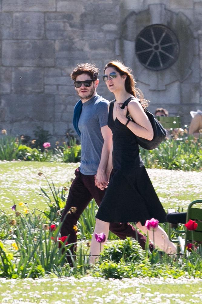 A fiatal színészért a sorozatnak köszönhetően rengetegen rajonganak, ám a szíve foglalt: a képen barátnőjével, Zoe Grisedale-el sétál Párizsban