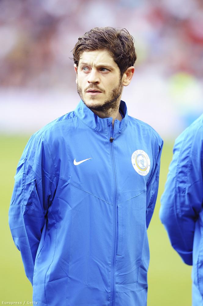 Több színésztársával együtt ő is részt vett az Old Traffordban szervezett jótékonysági focizáson