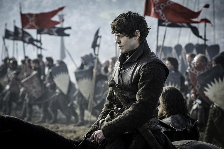 Ramsay Bolton karaktere az HBO sorozatában három évadon keresztül a kegyetlenségre épült, épp ezért  rengeteg dolgot tett, amiért lehet utálni: többek közt élve megetetett egy csecsemőt (a féltestvérét) a kutyákkal, megölte az apját, megcsonkította és pszichésen is tönkrevágta Theon Greyjoyt, többször megerőszakolta és kínozta Sansa Starkot, hogy csak pár jelentősebb eseményt említsünk munkásságából