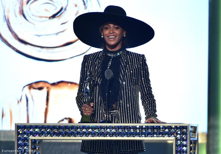 Beyoncé pedig Tom Hankshez hasonlóan, már egy évvel ezelőtt is részt vett olyan eseményeken, amik Clinton kampányához kapcsolódtak.