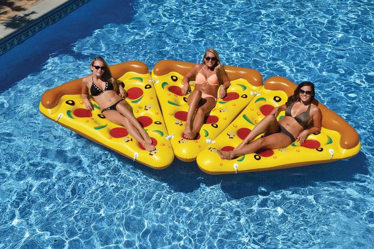 De a helyzetet lehet fokozni a pizzás gumimatraccal...