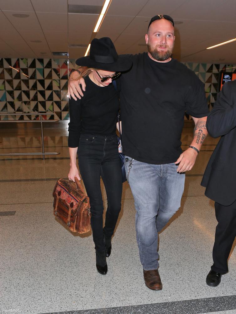 De ki ez a férfi, és miért vándorol a keze Amber Heard vállára?