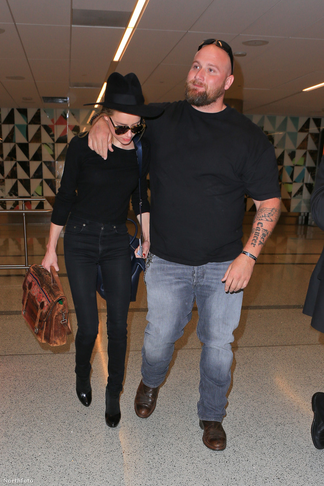 Nincs újabb fordulat az ügyben, de itt épp Amber Heard látható, amint megérkezik a Los Angeles-i repülőtérre.
