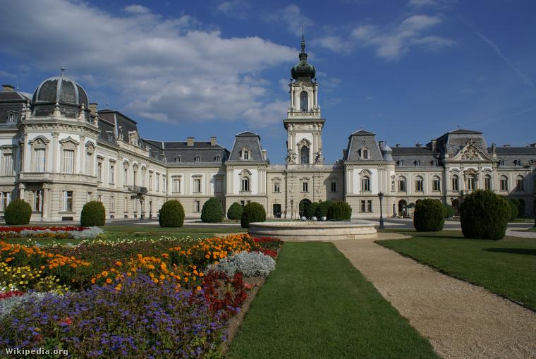 A kastély ma önálló kongresszusi központként és színházként működik Keszthelyen