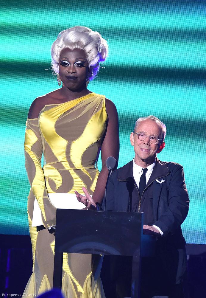 Bob the Drag Queen máshoz képest is elég magasnak tűnik, itt Joel Grey Oscar-díjas színésszel beszélnek a gálán
