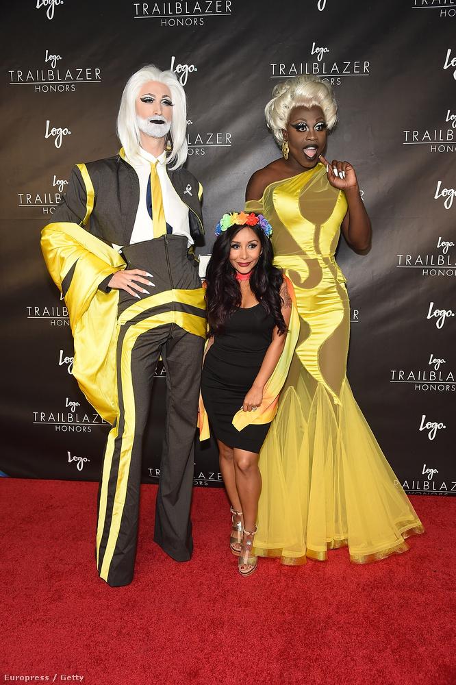 A bal oldalon Tay-Tay, a jobb oldalon Bob the Drag Queen tornyosul
