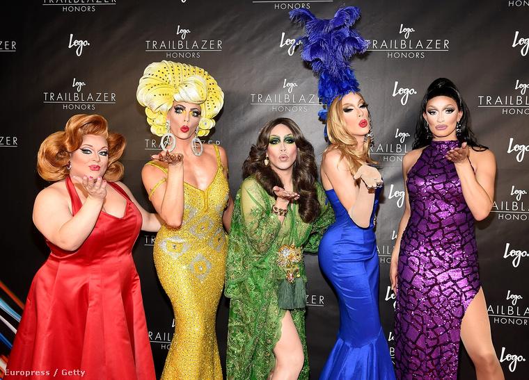 Merthogy a Drag Race-ből eljöttek még egy páran: Ginger Minj, Alyssa Edwards, Phi Phi O'Hara, Alaska Thunderfuck és Tatiana