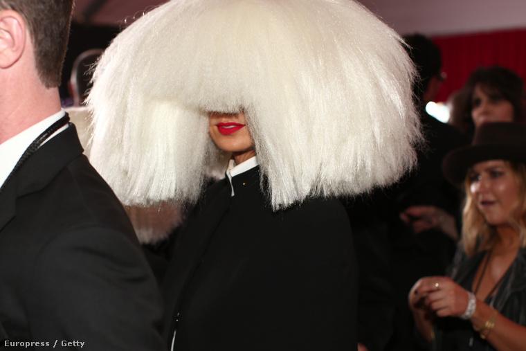 Sia ekkor kezdett el parókát hordani és takargatni az arcát.