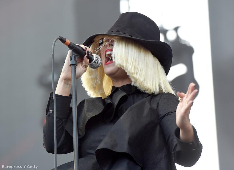 Azt nem tudni, hogy az énekesnő ezek miatt takargatja-e magát, de sanszosabb, hogy inkább csak egy reklámfogásról van szó