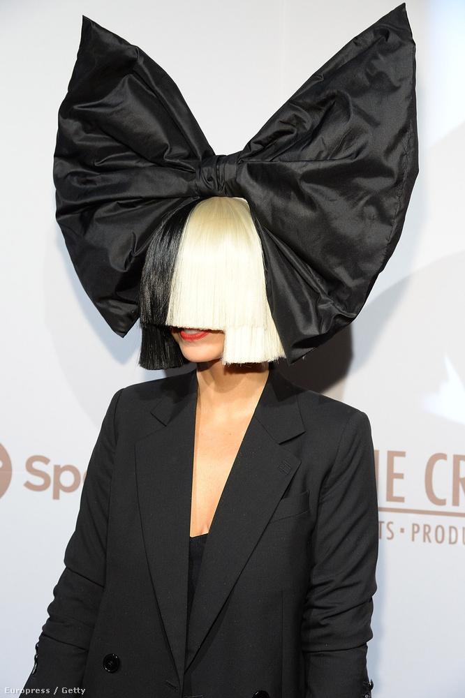 Sia Furler egyébként bevallottan küzdött pánikbetegséggel és depresszióval is...